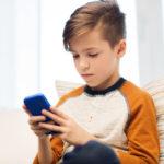 Dnešní děti chodí na internet hlavně z mobilu a bez dohledu rodičů